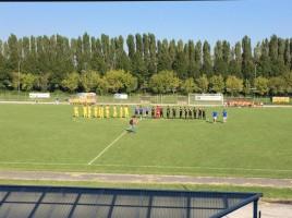 Le squadre a metà campo ad inizio partita  (foto: Giulio Biasin)