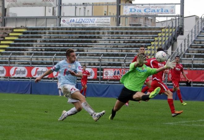 Dal Compare, in maglia Treviso, contro la sua nuova squadra (foto la tribuna di Treviso)