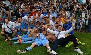 La fetsa della squadra sotto il settore occupato dalla tifoseria biancoceleste (foto Antonio Arcoraci)