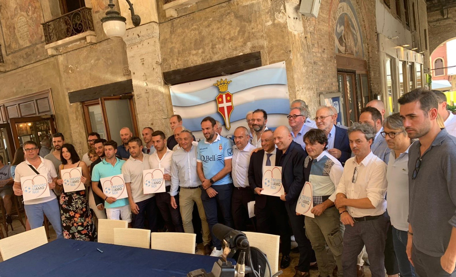 """Il consorzio """"allrgato"""" presente alla presentazione della maglia (foto facebook Treviso Calcio Ac.)"""