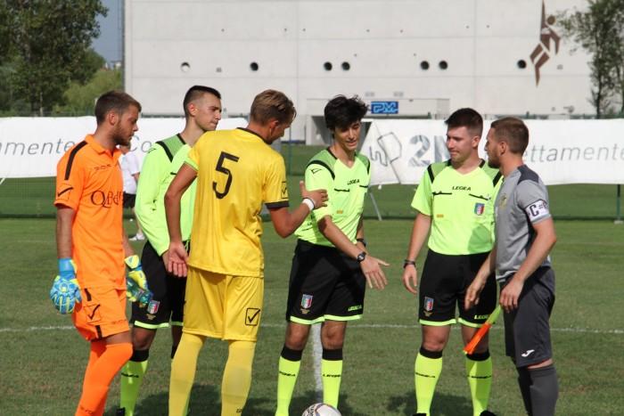 I capitani Guzzo e Bandiera prima del fischio d'inizio  (foto facebook ACD Robeganese - Fulgor Salzano)