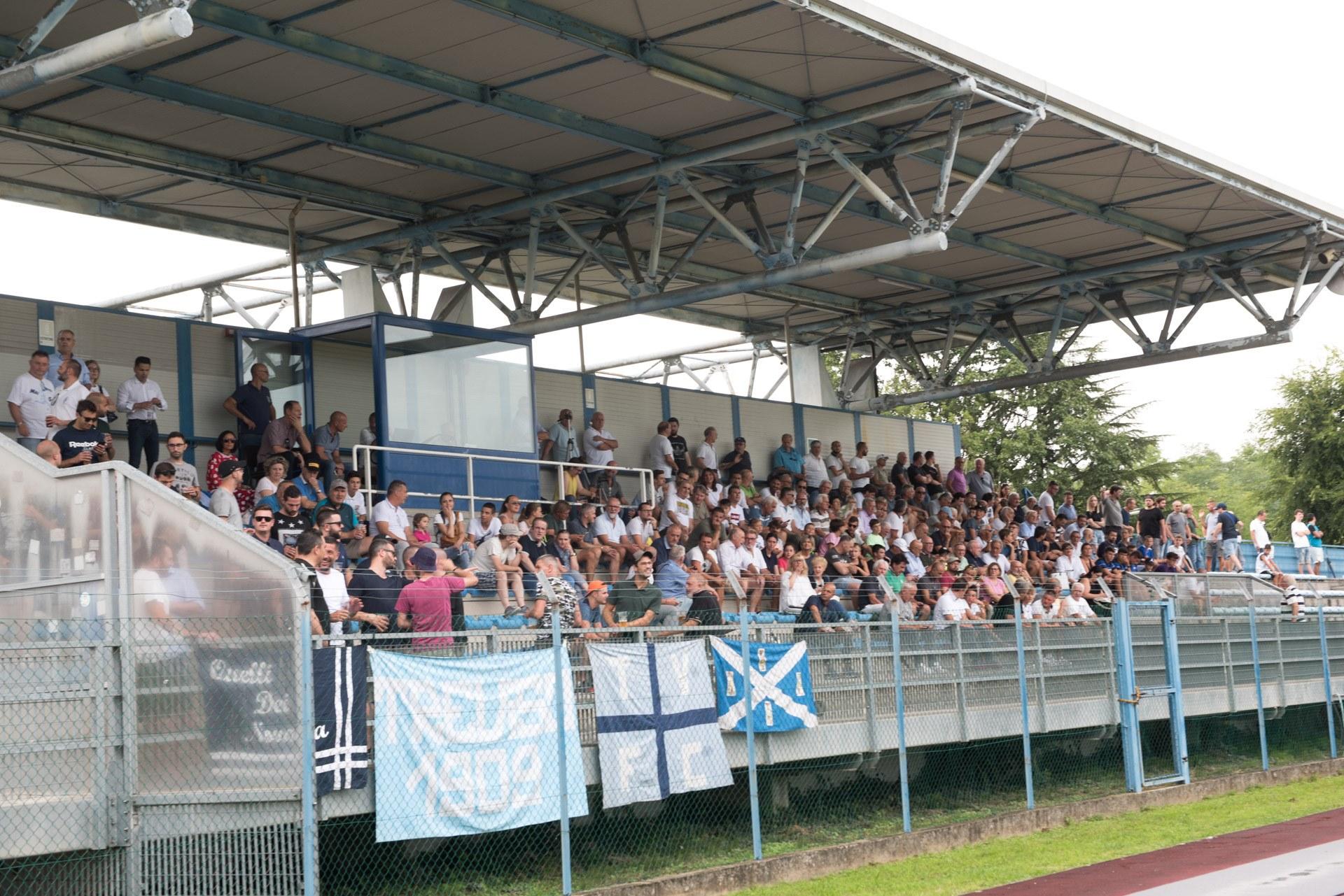 La tribuna dello stadio Righetto di Quinto di Treviso durante l'amichevole con la Sampdoria Primavera (foto FotoStampa Bruno De Martin)